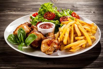Pommes und Chicken Wings aus der Heißluftfritteuse