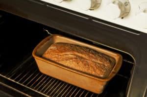 Brotbackautomat oder Küchenmaschine und Backofen
